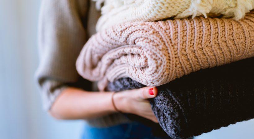 Pila di maglioni taglia e colore